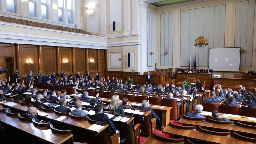 <p>Парламентът прие оставката на правителството</p>