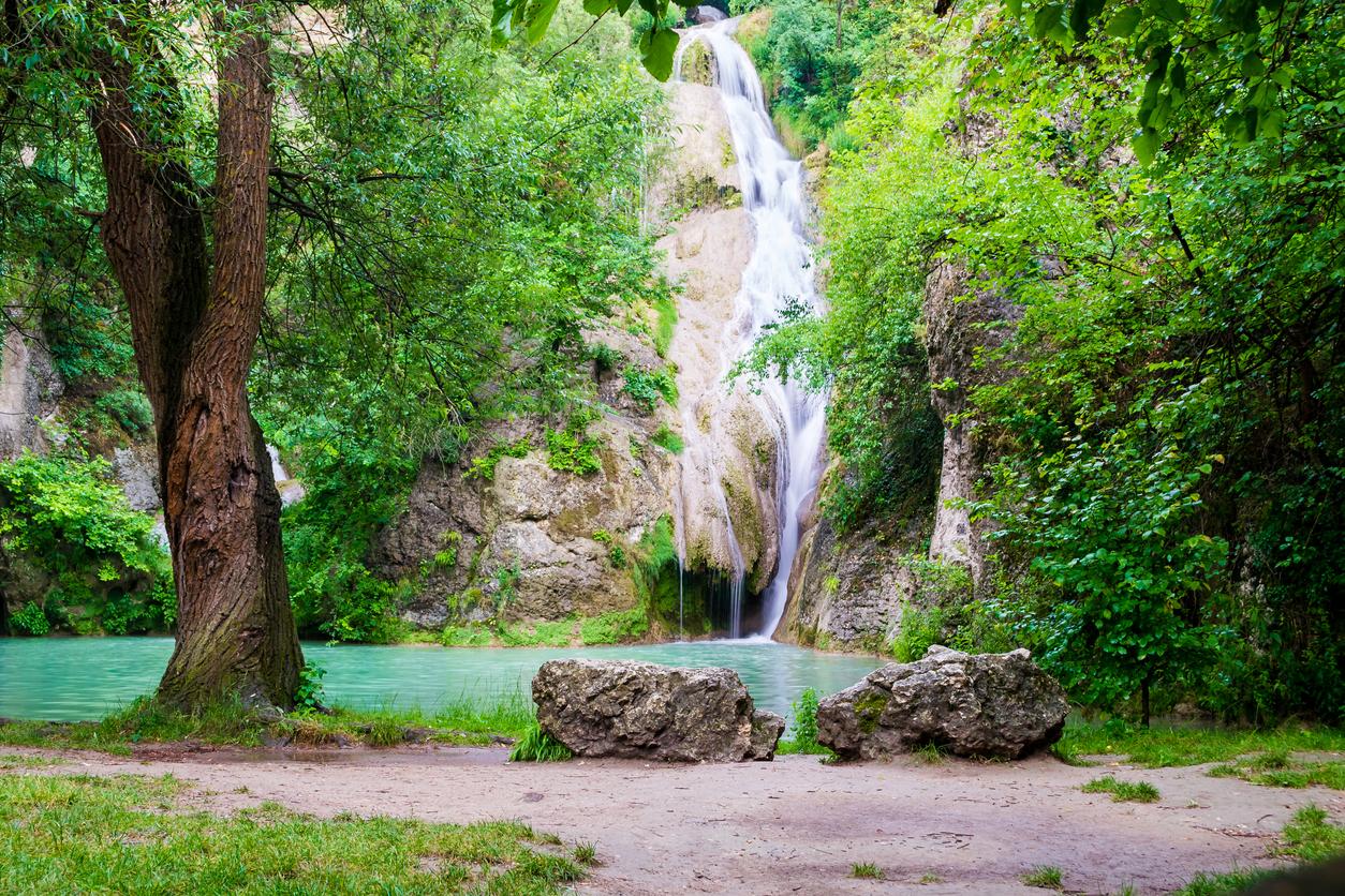 <p><strong>Хотнишкият водопад (&quot;Кая Бунар&quot;) - </strong>намира се<strong>&nbsp;</strong>в Северна България, област Велико Търново, на&nbsp;около 2,5 км западно от село Хотница. А гледката при него определено си заслужава.&nbsp;</p>