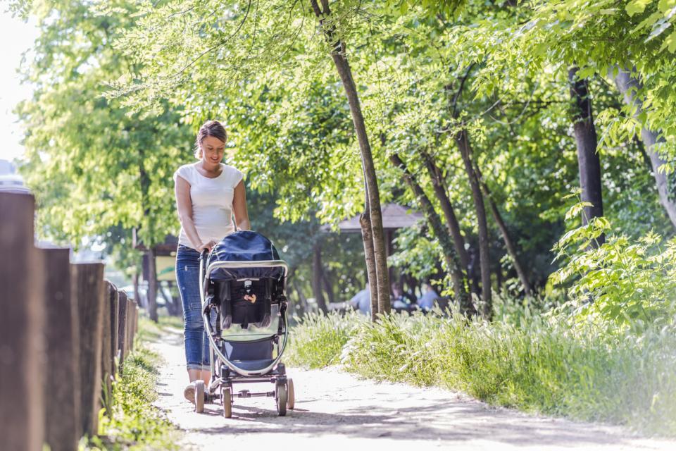 бебе количка разходка
