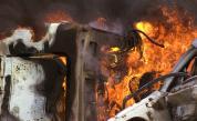 Шофьор изгоря в автомобила си след като се удари в стълб