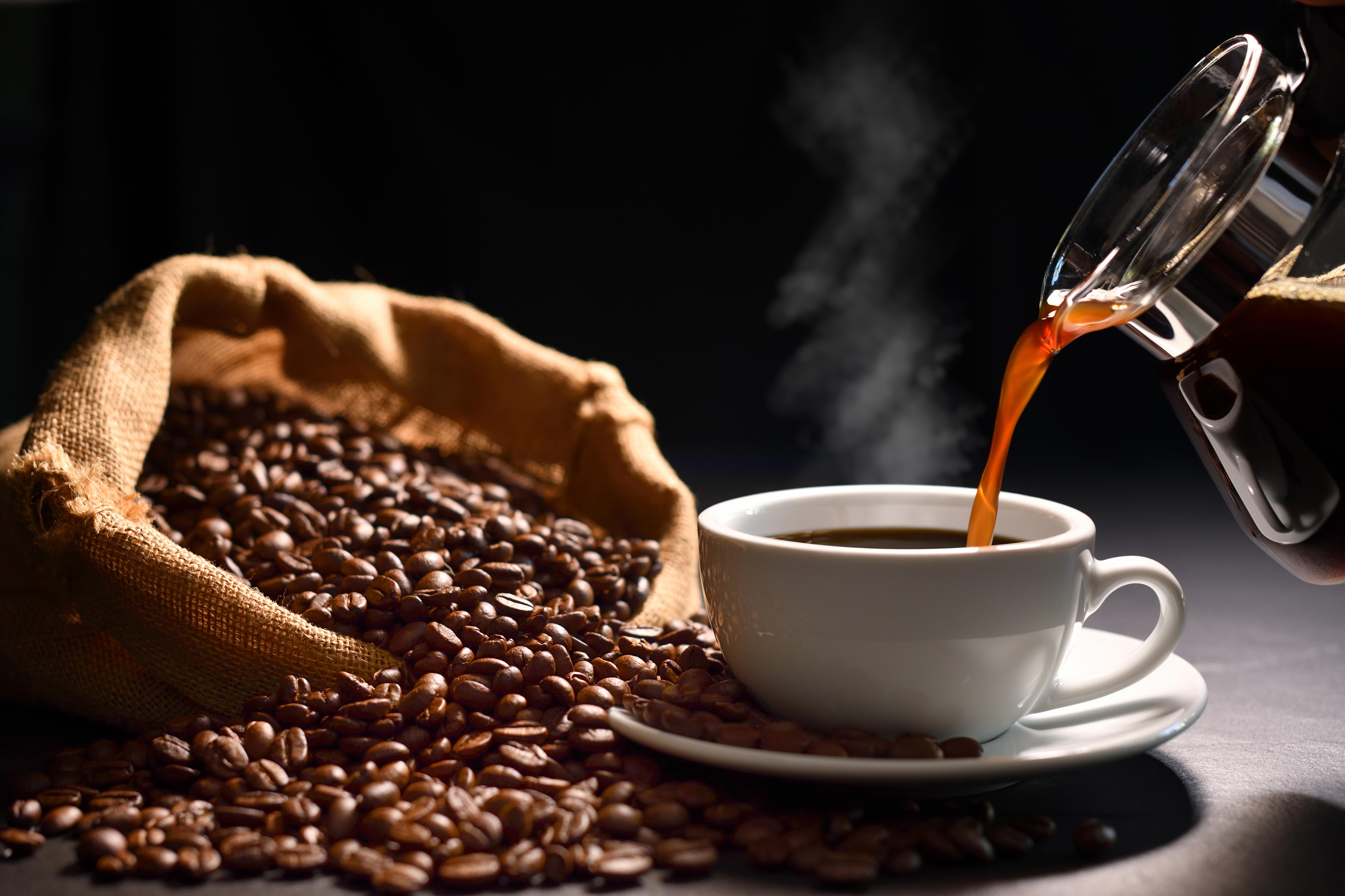 <p>Кафе Когато се консумира в умерени количества, кафето може да има положителен ефект, както физически, така и психологически. Редовното пиене на кафе обаче ще накара тялото ви да изгради толерантност, което ще намали силата на неговите ефекти. По-важното е, че ако редовно разчитате на кафето, вместо на качествената храна и сън, то може да източи енергията ви.</p>