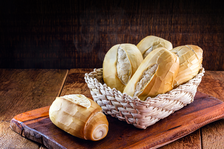 <p>Бял хляб, тестени изделия, бял ориз Добре би било, ако можете напълно да премахнете този вид храна от менюто си и да я замените с пълнозърнести заместители. Тези храни са богати на въглехидрати, повишават нивата на кръвната захар и дават фалшиво чувство за ситост, последвано от внезапен спад в кръвната захар. Поради това в даден момент ще почувствате, че имате много енергия и след това ще настъпи внезапен спад. За разлика от това, пълнозърнестите храни ви помагат да регулирате нивата на кръвната си захар и спомагат да поддържате енергията си постоянна през целия ден.</p>