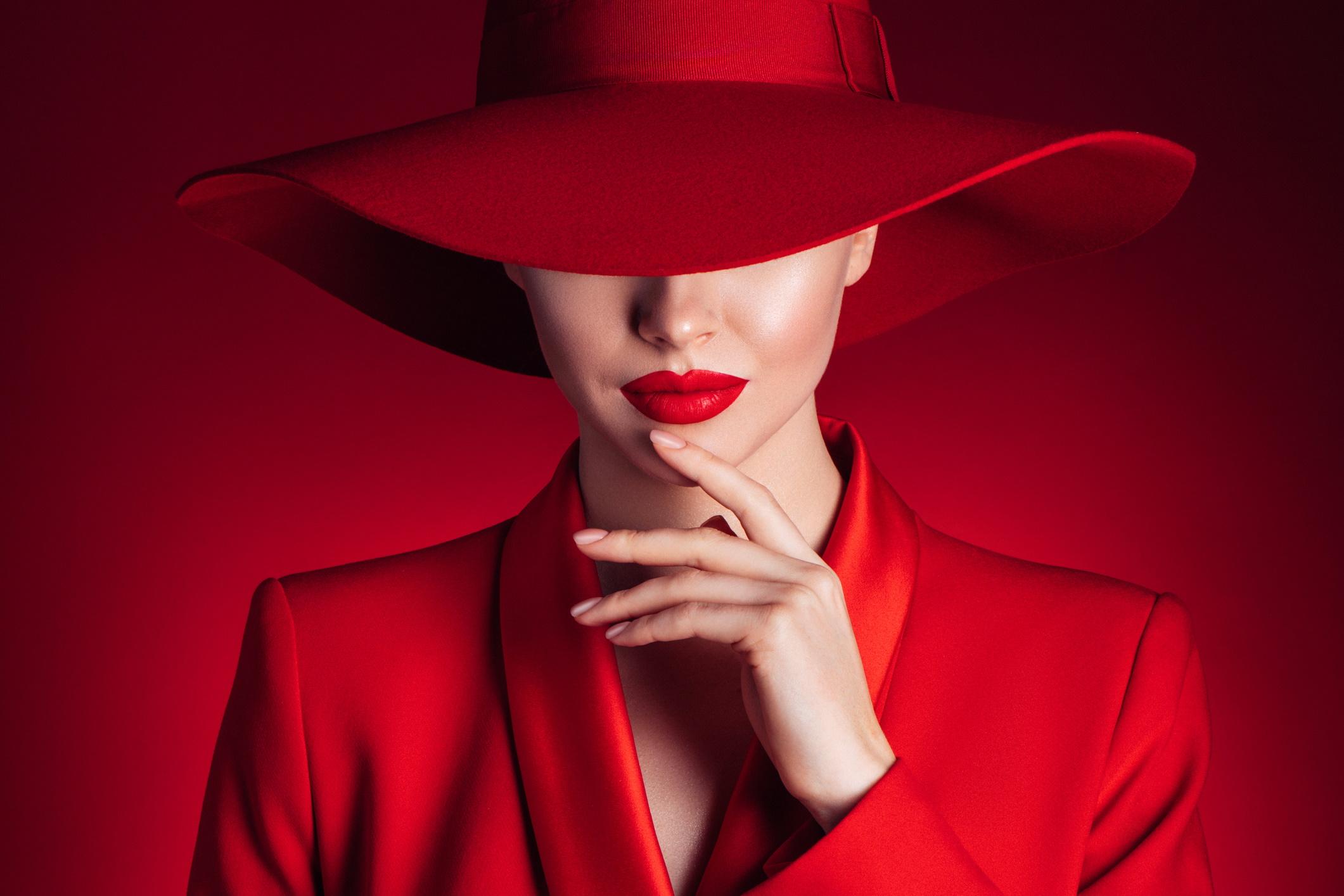 <p><strong>Червено</strong></p>  <p>Да, червеният цвят може да донесе асоциации с агресия и господство. Изследователите са установили, че атлетите, които носят този цвят, са с 5% по-голяма вероятност да спечелят. Проучванията сочат, че този цвят привлича мъжете. Има асоциация с любов и страст. Така че, ако искате да бъдете забелязани, носете червено.</p>