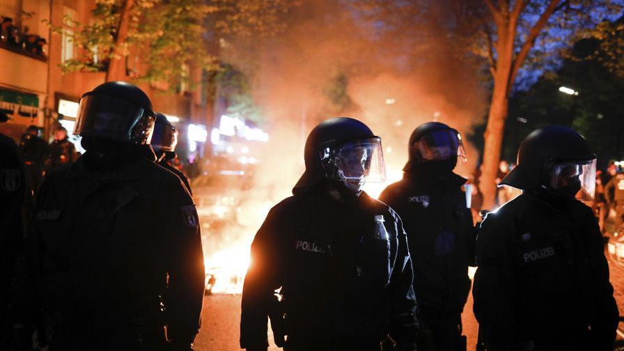 Полиция и протестиращи влязоха в сблъсъци по...