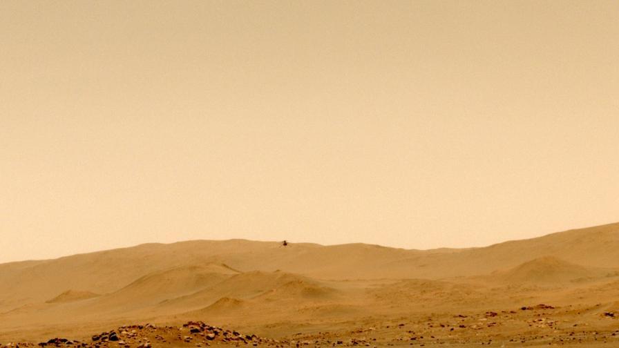 Хеликоптерът Ingenuity по време на петия си полет на Марс