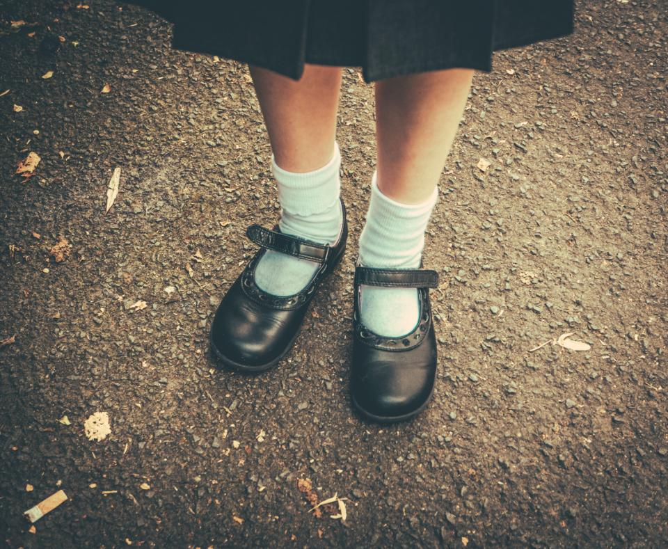 обувки униформа училище момиче спомени носталгия