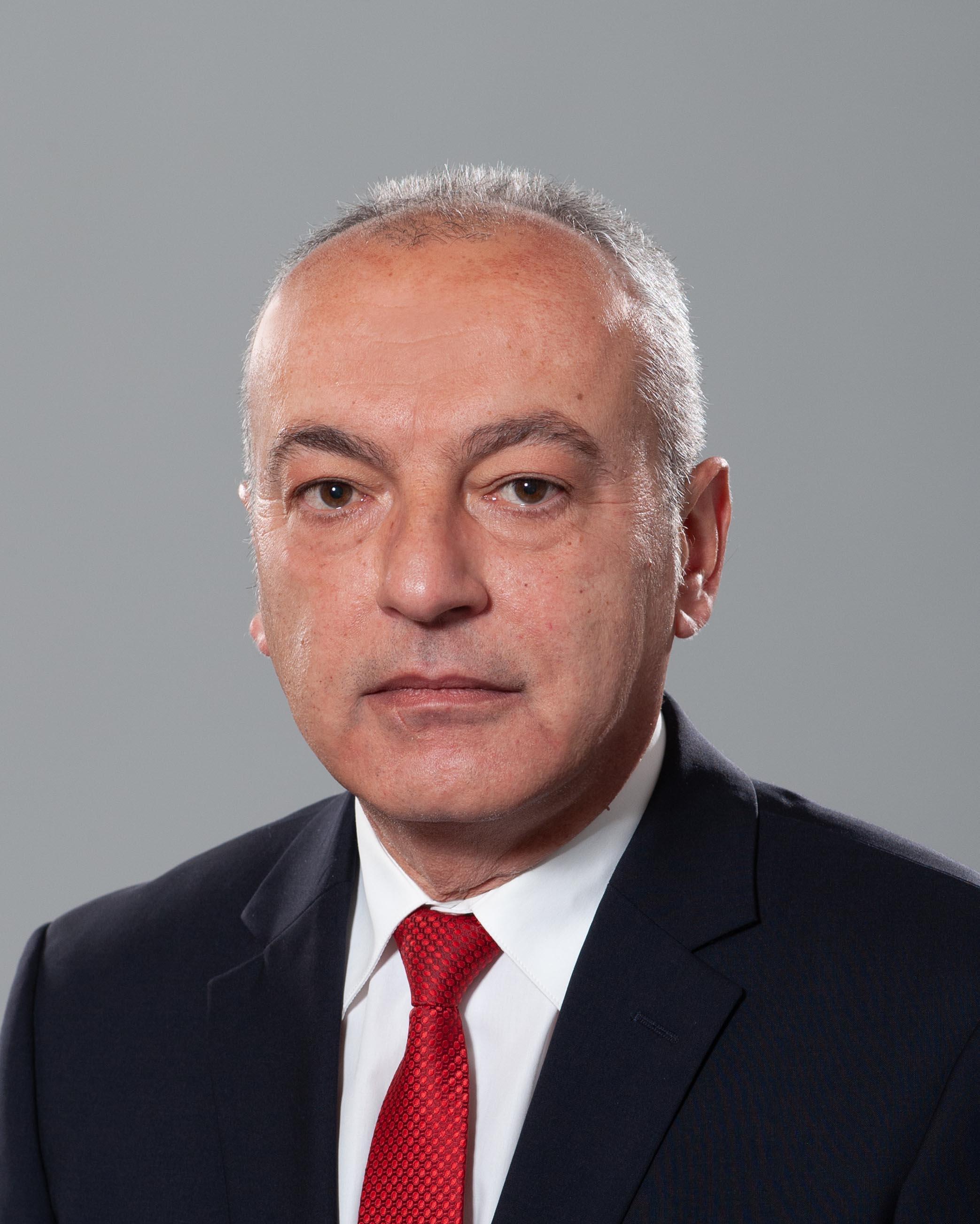 <p>Гълъб Спасов Донев - служебен заместник министър-председател по икономическите и социалните политики и служебен министър на труда и социалната политика.</p>  <p><br /> &nbsp;</p>
