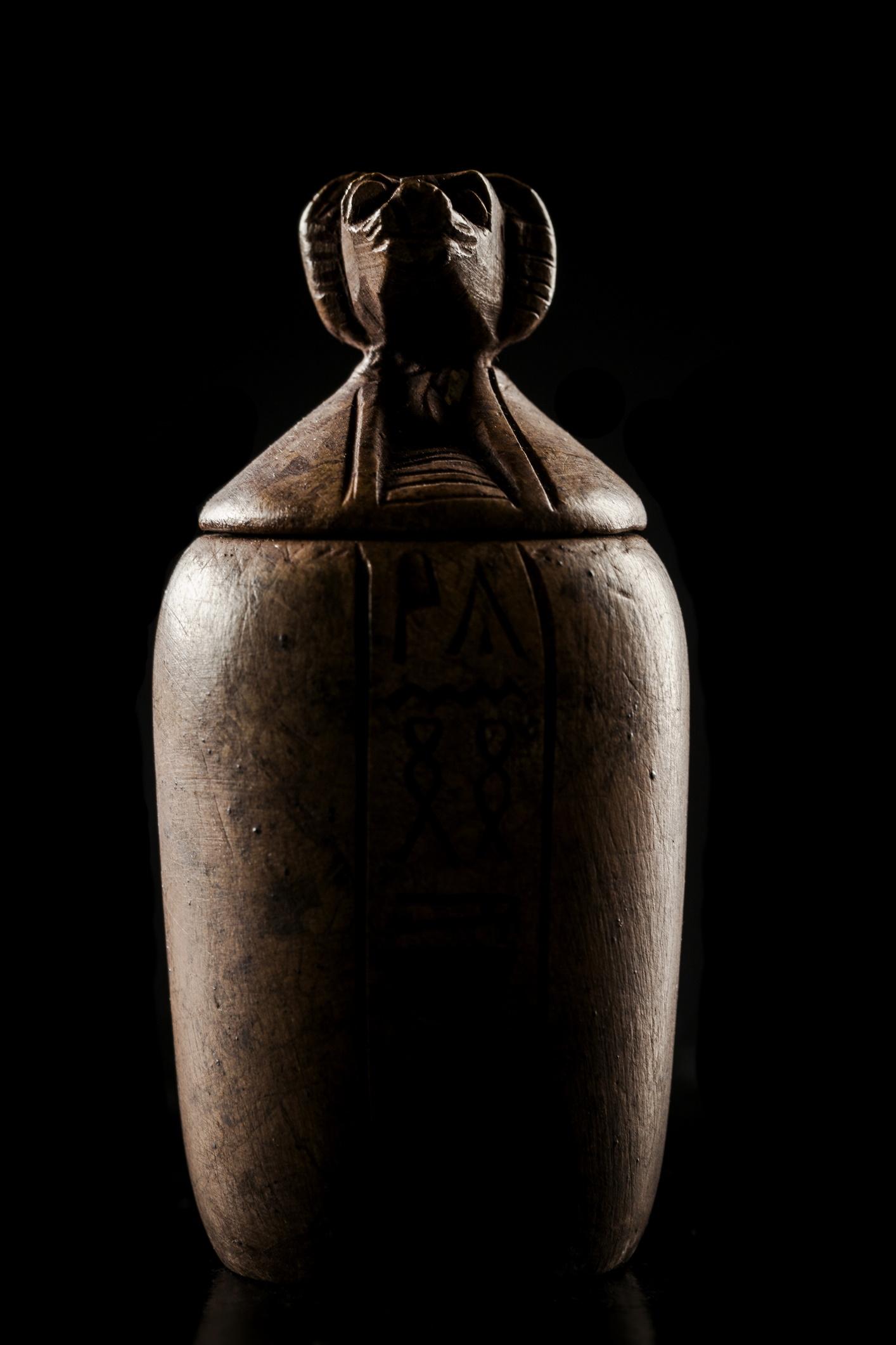 <p><strong>Хапи &ndash; бог на плодородието и нилските наводнения &ndash; Стрелец</strong></p>  <p>Хората, родени под знака на бог Хапи обикновено са с нежни и грижовни характери. Те обаче са импулсивни и често искат да доминират.</p>
