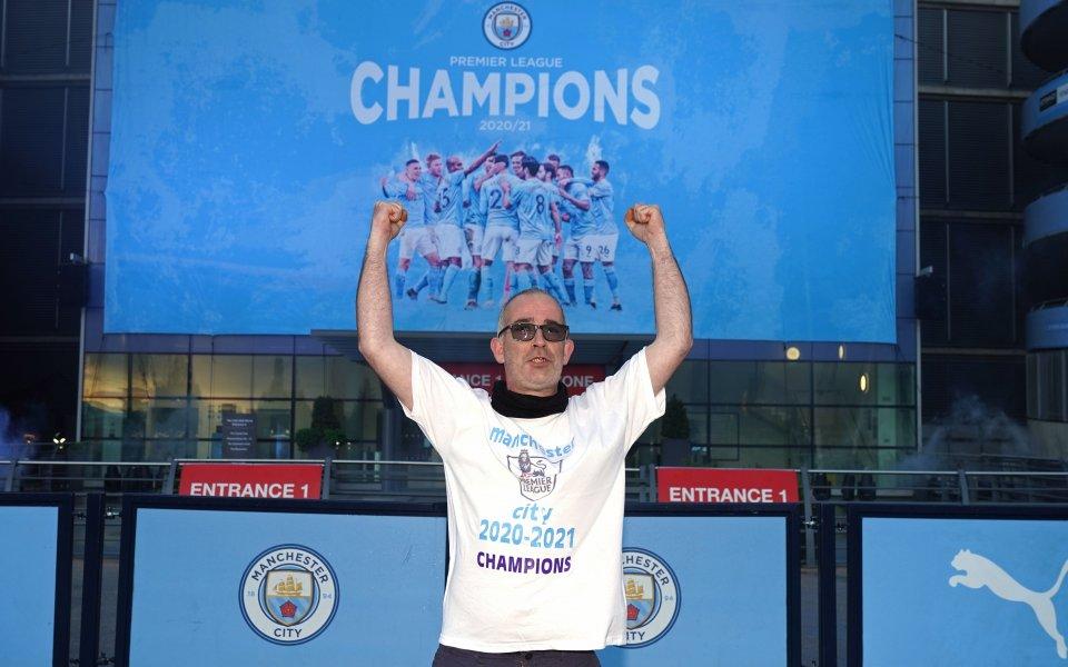 """Десетки фенове на Манчестър Сити се събраха пред стадион """"Етихад"""","""