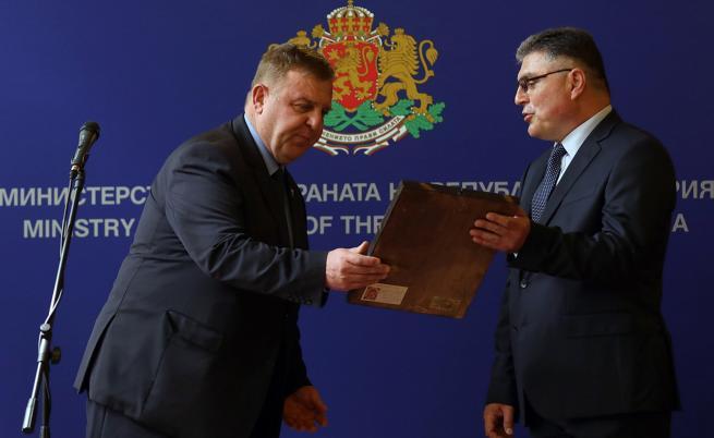 Министърът на отбраната в оставка Красимир Каракачанов предаде поста на служебния министър Георги Панайотов