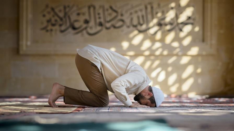 <p>Мюсюлманите празнуват Рамазан Байрам</p>