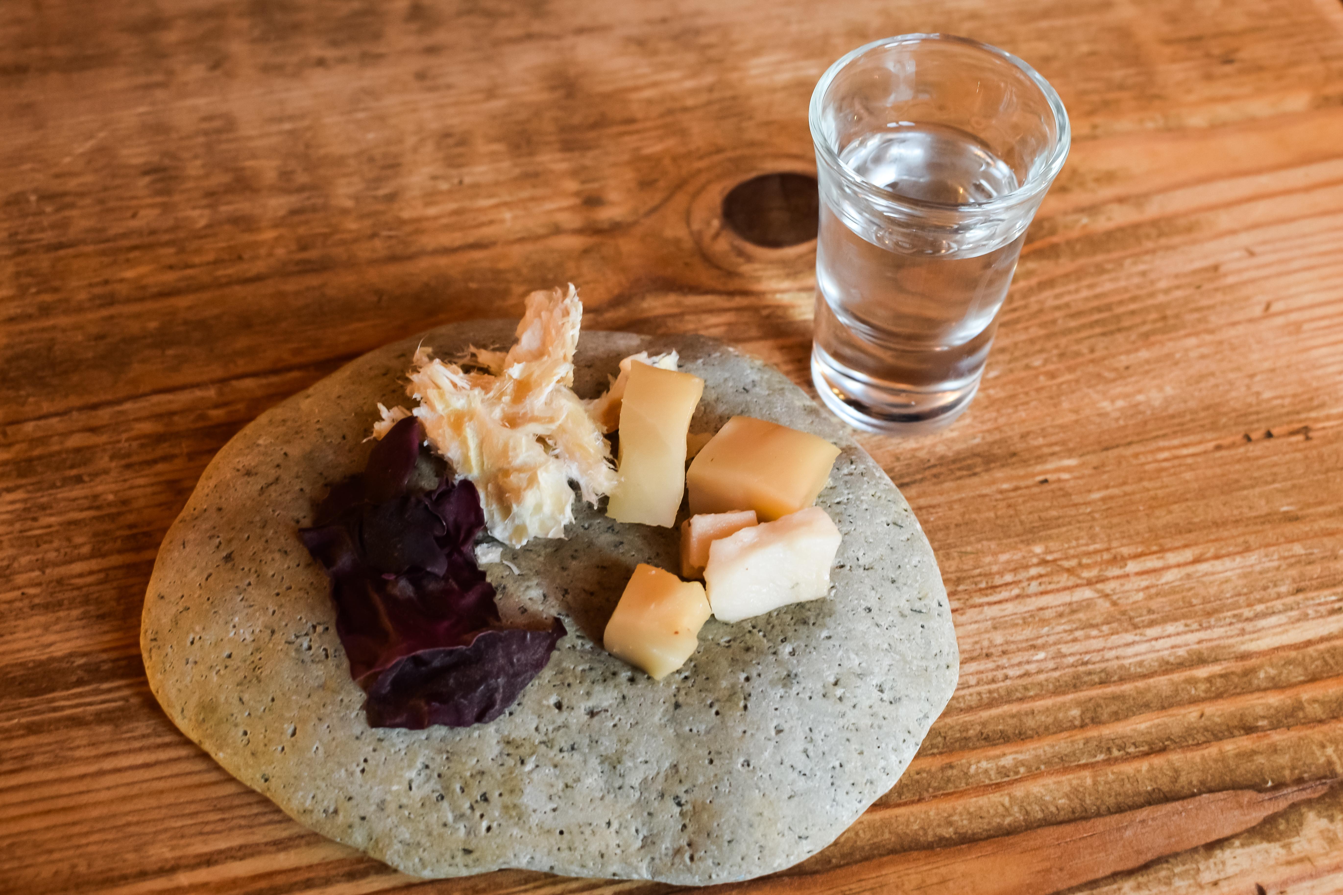 <p><strong>H&aacute;karl</strong></p>  <p>Традиционно исландско ястие приготвено от изсушеното месо на исландска акула. Рибата се суши между 3-5 месеца, като този процес е необходим за неутрализиране на високите нива на урея и триметиламинов оксид в нея. Гренландските акули нямат пикочни пътища и отпадъците и токсините се филтрират през кожата и плътта. Няколко хапки сурова риба могат да причинят чревен дистрес, неврологични ефекти, конвулсии и дори смърт.</p>