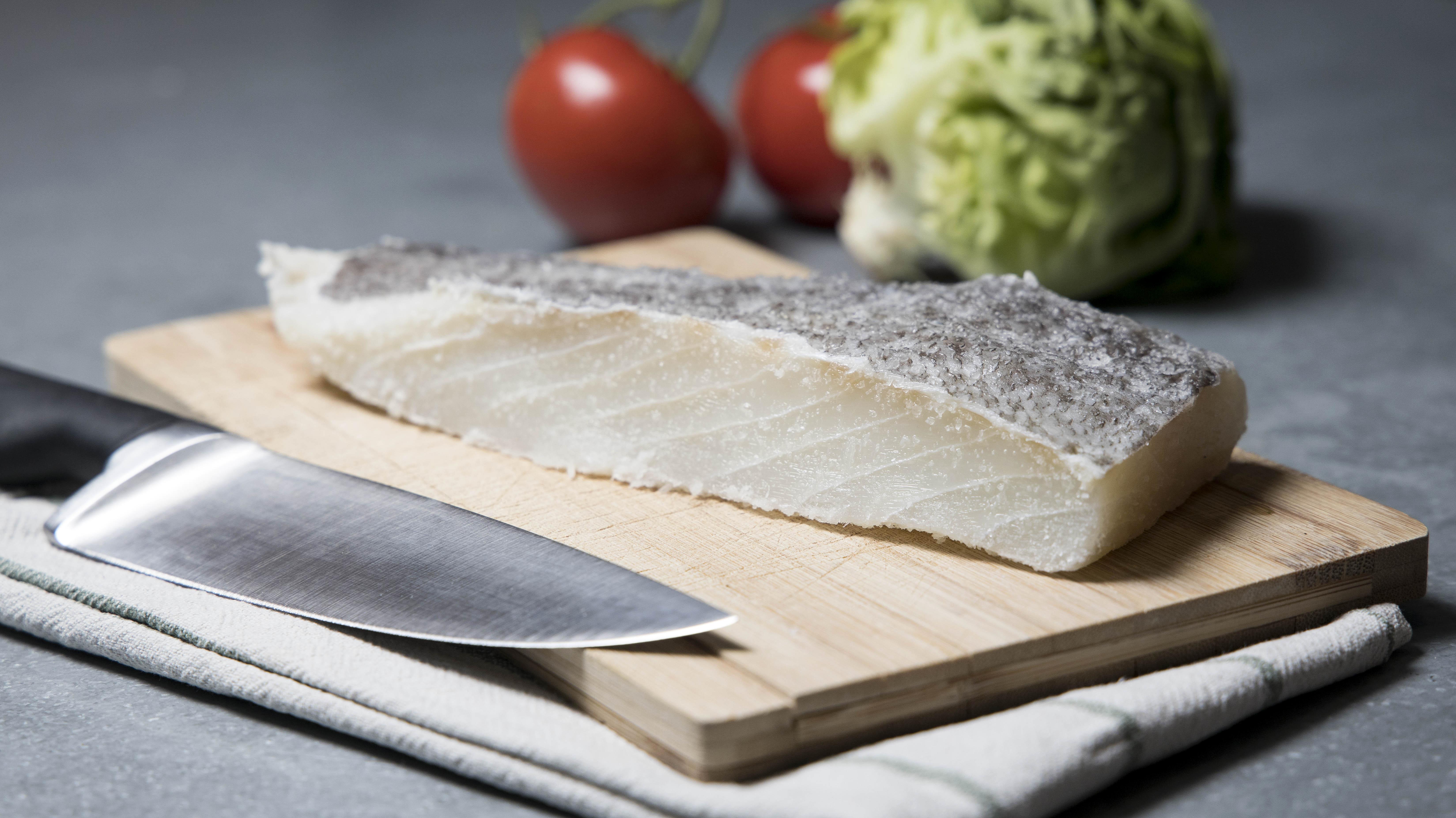 <p><strong>Риба Фуго</strong></p>  <p>Фуго е изключително опасна за приготвяне и консумация риба. Японските готвачи преминават през години обучени, за да получат лиценз за приготвянето и въпреки това, всяка година умират хора от неправилно приготвена фуго. Рибата съдържа изключително смъртоносен невротоксин, който парализира двигателните нерви и може да причини спиране на дихателните функции и смърт.&nbsp;</p>