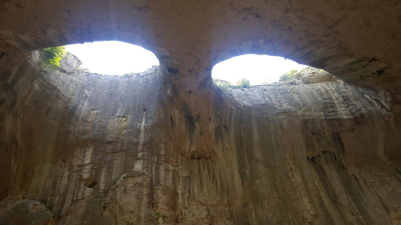 <p><strong>Проходна -&nbsp;</strong>една от най-известните и леснодостъпни пещери в България. Намира се на 2 км от с. Карлуково и на 112 км от София.&nbsp;Проходна е естествено осветена от огромните входове и от естествените отвори в тавана &ndash; &ldquo;окна&rdquo;. Именно &ldquo;окната&rdquo; правят пещерата уникална.&nbsp;Разположени едно до друго, те удивително приличат на огромни очи, които сякаш се взират в посетителите. Неслучайно местните ги наричат &ldquo;Очите на Господ&rdquo;.</p>