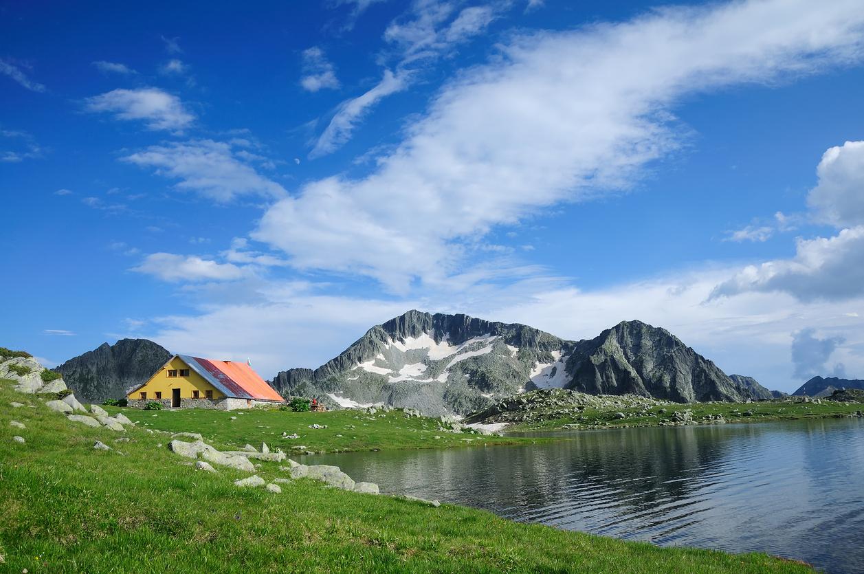 <p><strong>Тевно езеро, Пирин</strong> - това е едно от любимите места на планинарите. Намира се в Пирин, на 2512 м. надморска височина. Част е от няколко популярни маршрута в планината, което означава, че може да се достигне от различни точки. А близо до него има заслон, в който може да пренощувате.</p>