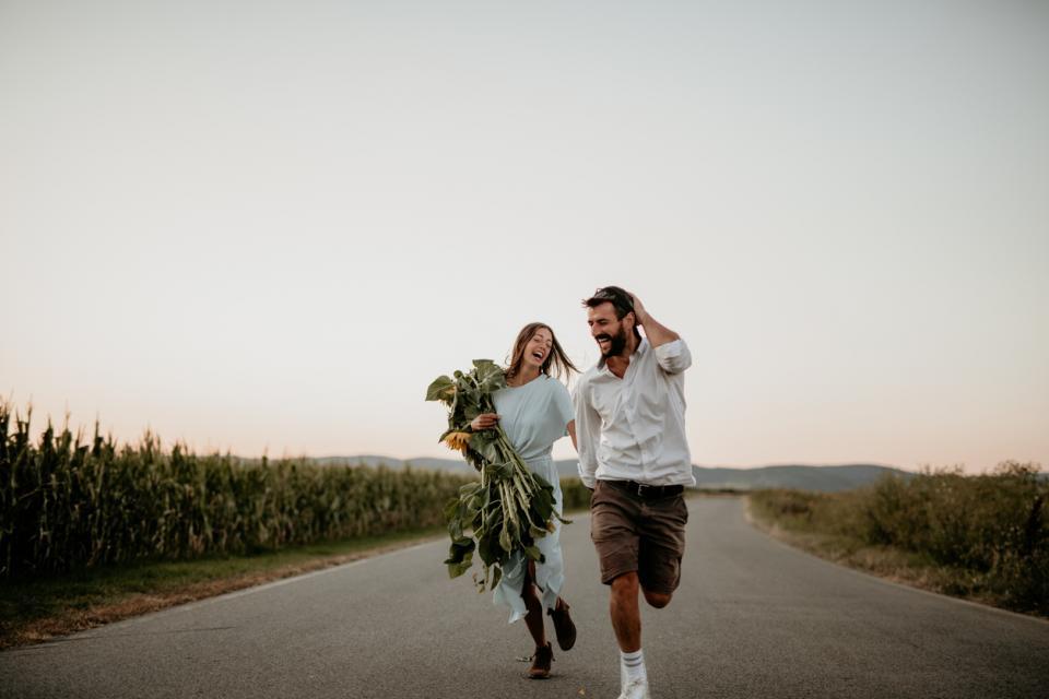 жена лято двойка любов слънчоглед слънчогледи
