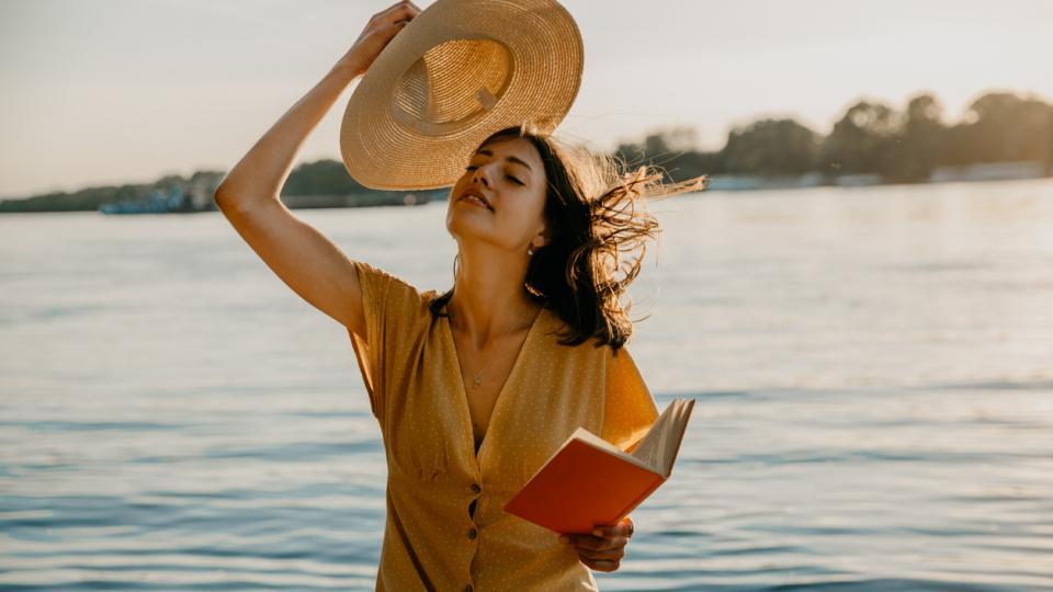 жена лято море книга слънце щастие усмивка