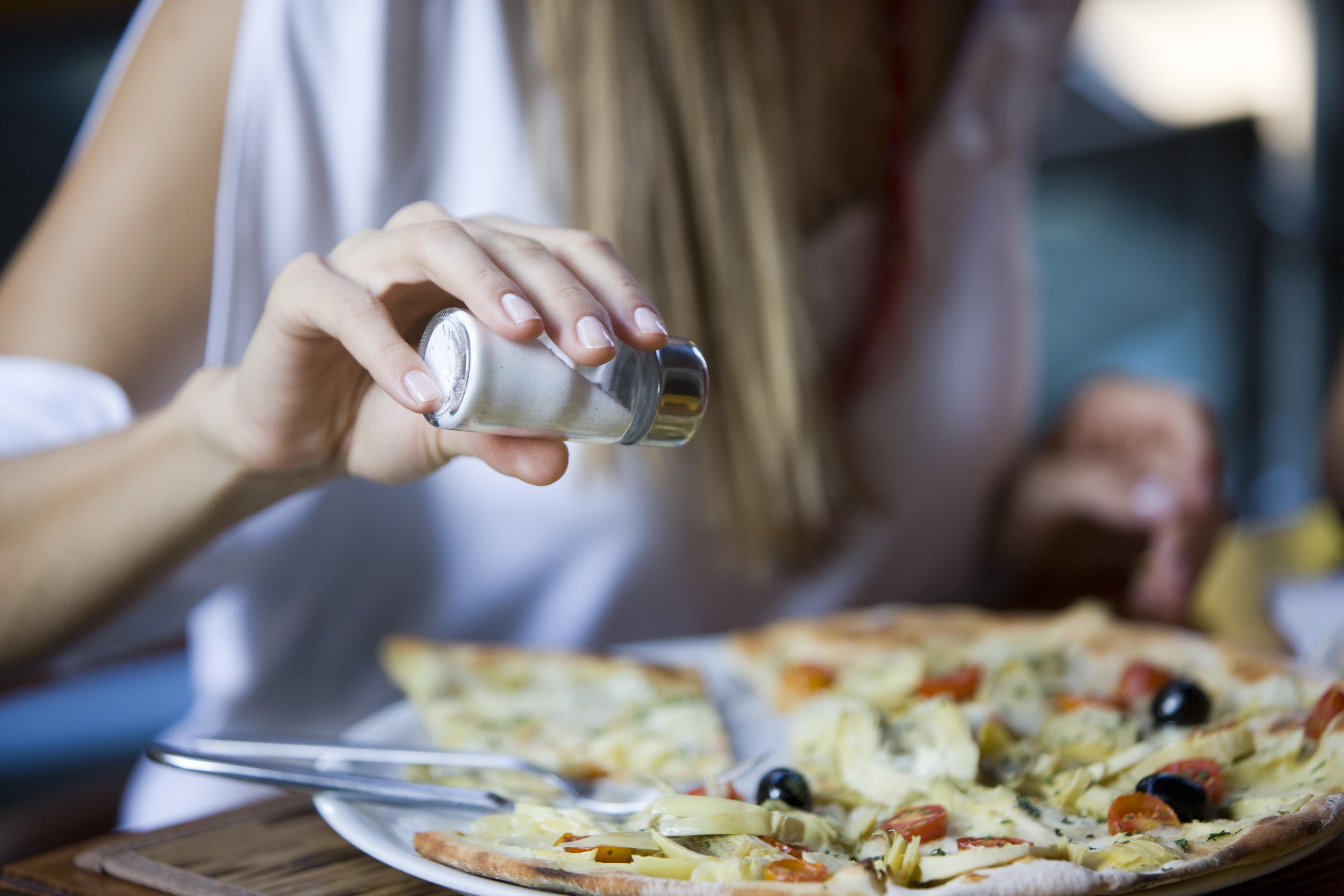 <p>Солта също може да допринесе за подуването - приемаме я с хляба, бързите храни, деликатеси, консервирана храна и обработените храни, а това води до задържане на течности. За да избегнеш това, купувай продукти, които не са богати на натрий (като бързи и обработени храни), и се съсредоточи върху други овкусители.</p>