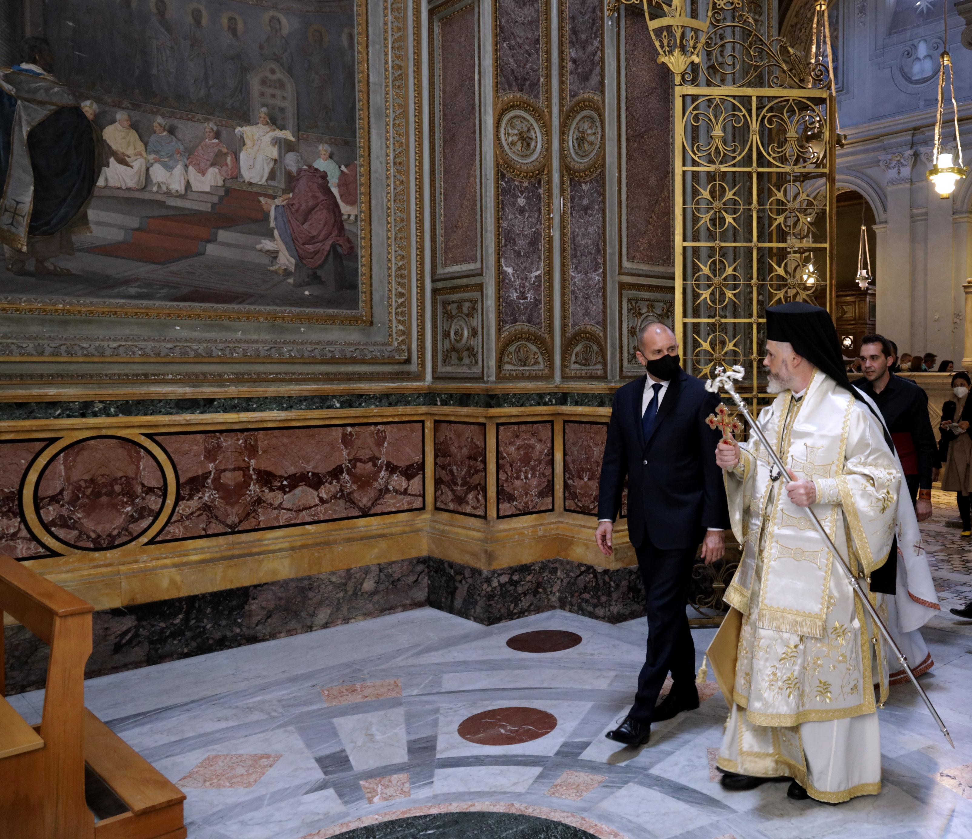 <p>Румен Радев и българската делегация бяха приети на аудиенция от Негово Светейшество папа Франциск</p>
