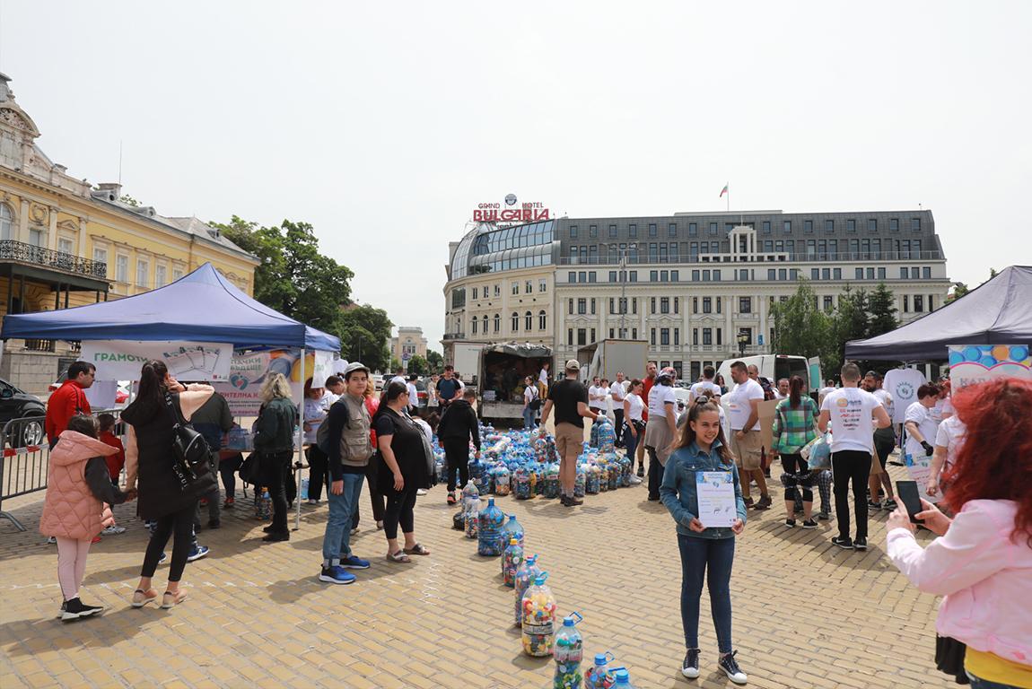 <p>Кампанията по предаване на пластмасови капачки се провежда на площад &bdquo;Княз Александър I Батенберг&rdquo;.</p>