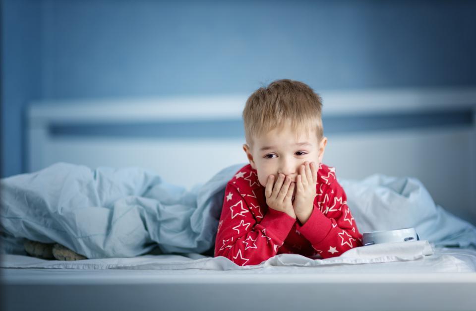 дете сън легло момче