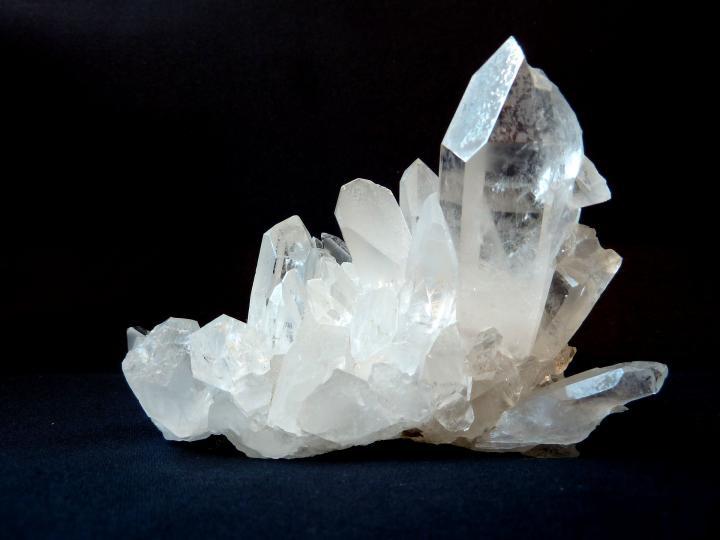 <p>Чистият кварц (известен още като планински кристал) е звездата сред кристалите. Има универсални свойства, но е особено полезен за тези от вас, които имат нужда от &bdquo;лупа&ldquo; за мислите им. Той успява да осветли частите от вътрешния ви свят, които имат нужда от внимание. Най-силен е, когато имате определени намерения и помага да постигнете целите, които сте си поставили.</p>