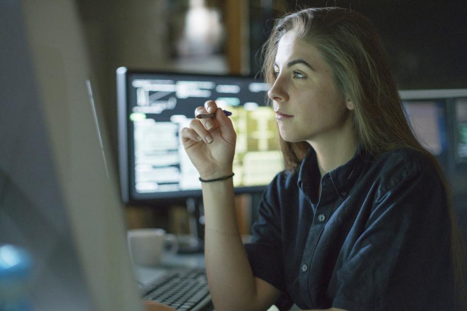 жена работа лаптоп компютър