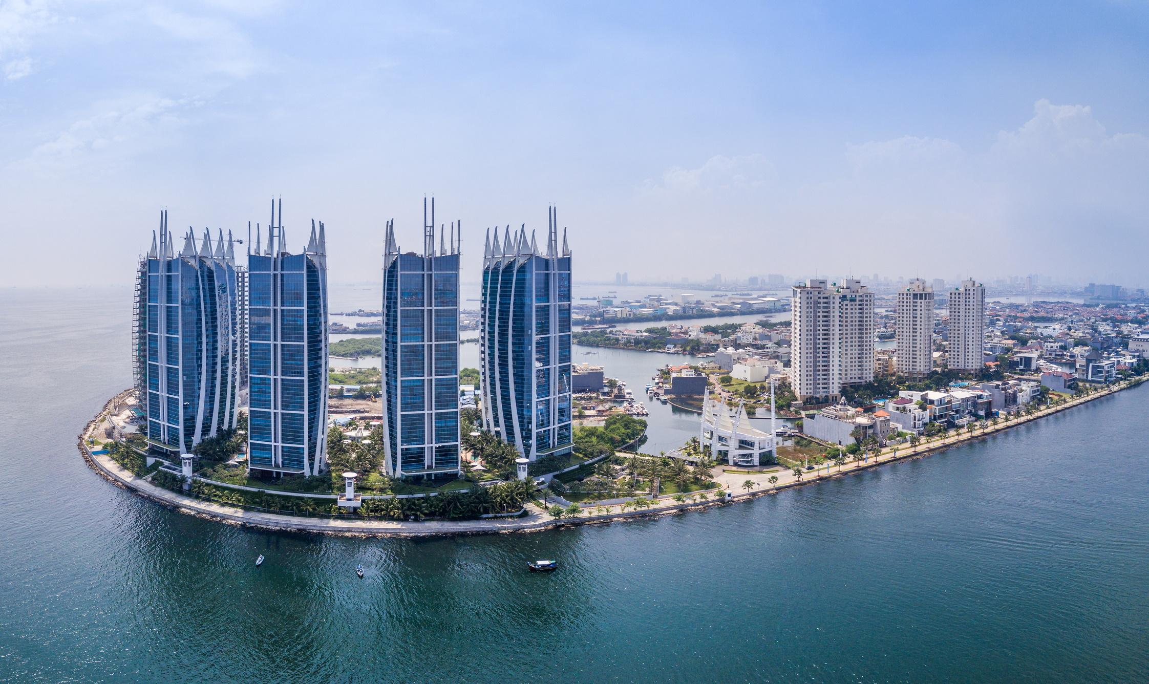 <p><strong>Джакарта, Индонезия</strong></p>  <p>Столицата на Индонезия &ndash; културен, икономически и политически център &ndash; дом на над 10 млн. души, потъва с един от най-бързите темпове в света. Големи част и от града може да изчезнат до 2050 г.</p>