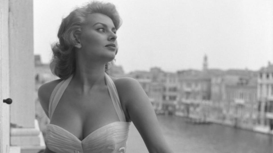 Двойна доза красота: София Лорен позира на фона на красивия венециански пейзаж