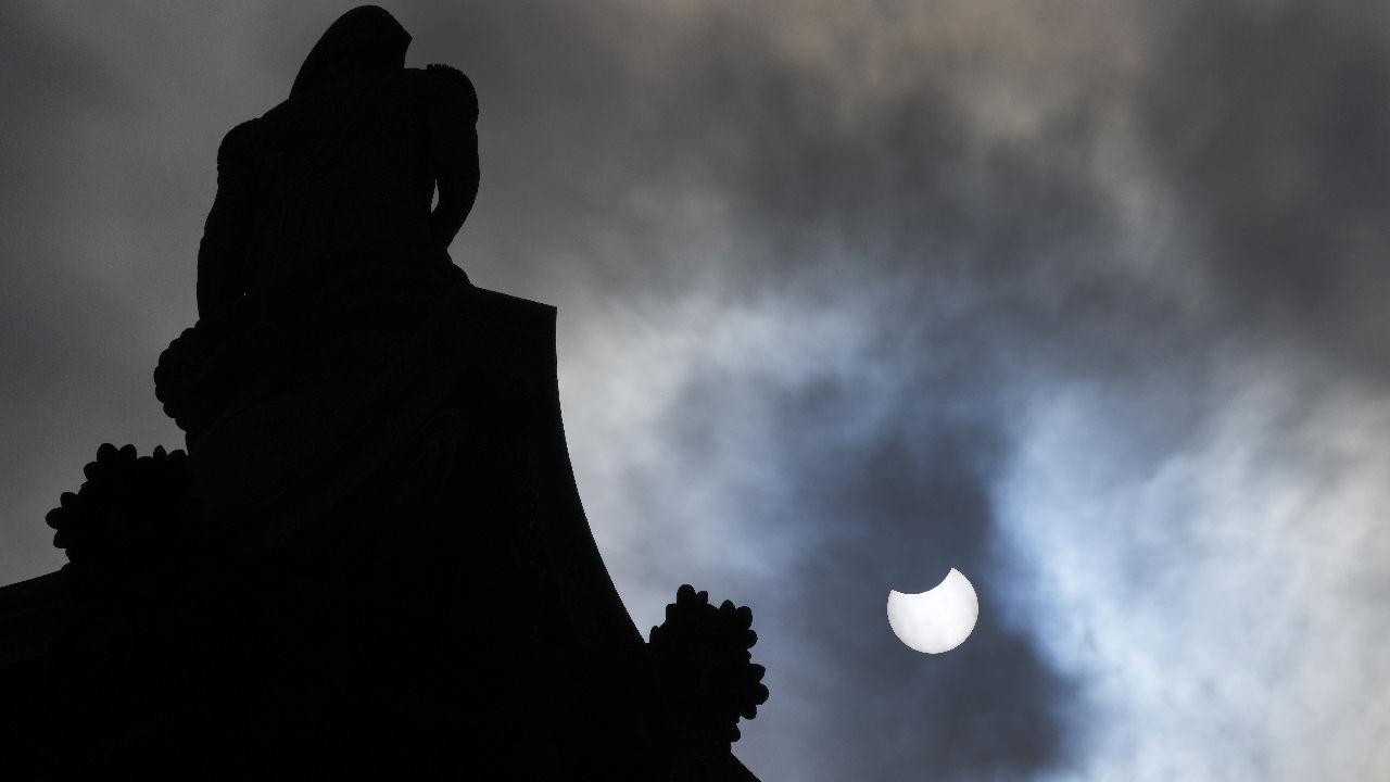 <p>Частичното слънчево затъмнение в Лондон</p>