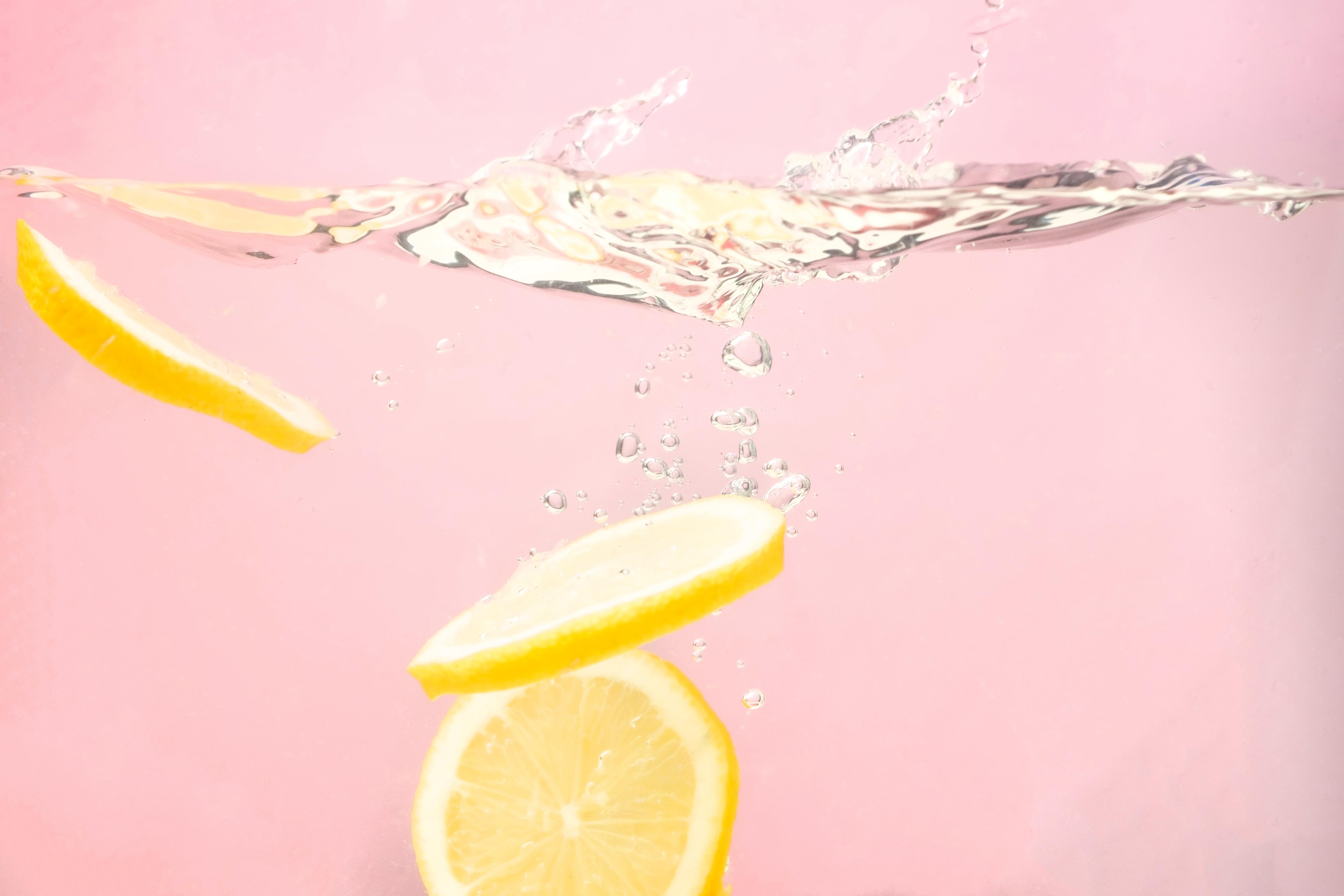 <p><strong>Розова вода&nbsp;</strong><br /> Розовата вода успокоява различни кожни раздразнения и затова е идеална при слънчево изгаряне. В летния сезон можете да държите шишенце в хладилника и да нанасяте розовата вода охладена. Тя ще успокои мигновено кожата и ще намали болката и зачервяванията от изгарянето, оставяйки кожата мека и красива.</p>