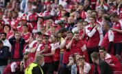 Футболист на Дания колабира на терена на UEFA EURO 2020