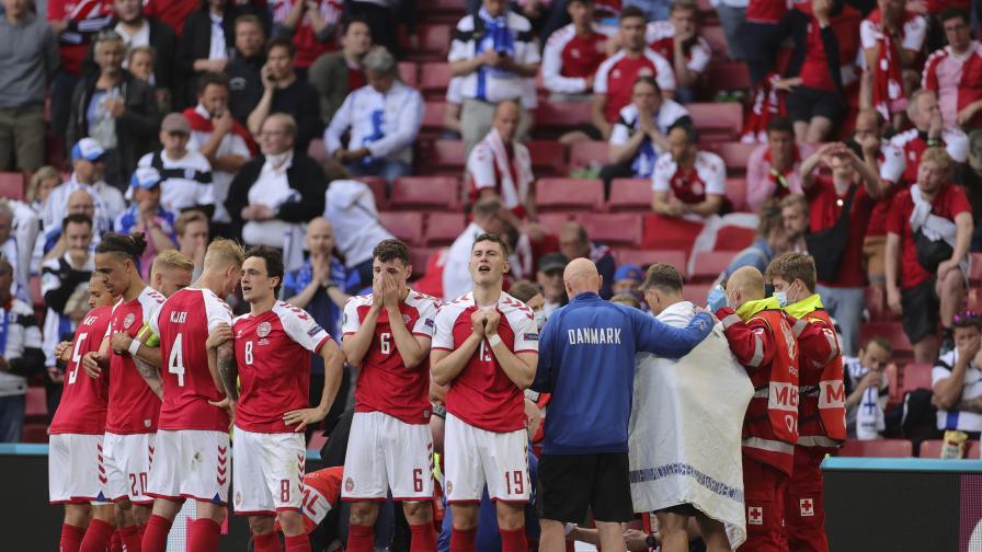 Футболист на Дания колабира на терена на...