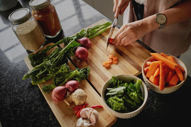 <p><strong>Храниш се здравословно</strong></p>  <p>Както старата поговорка гласи &bdquo;Ние сме това, което ядем&ldquo; и това включва начина, по който миришем. Храната влияе не само върху естествената миризма на тялото, но и върху това как парфюмът върху кожата ни. Ако приемате прясна храна, включително плодове и зеленчуци и чисти протеини е много вероятно вече да ухаете добре естествено. Това важи особено за хората, които не консумират алкохол, тъй като той създава сладникав, лепкав аромат върху кожата.</p>