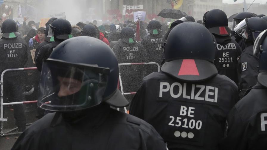 Шестдесет ранени германски полицаи при бунт в Берлин