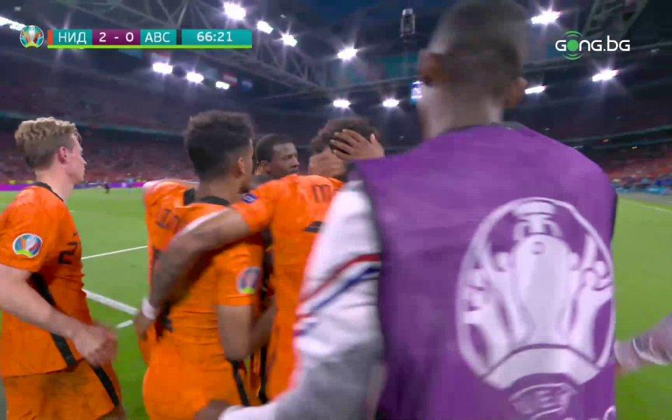 Дензъл Дъмфрис удвои за Нидерландия срещу Австрия.