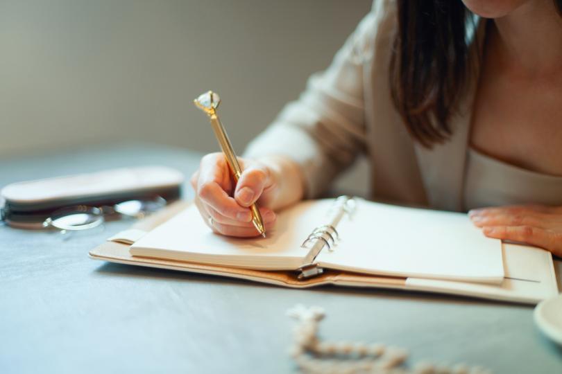 <p>За да постигнете осмисляне,&nbsp;е нужно отново да направите няколко лесни и, надявам се, приятни за вас неща:</p>  <p>&ndash;&nbsp;Купете си красива тетрадка или сами си я украсете</p>  <p>&ndash;&nbsp;Нарисувайте или изобразете всеки от знаците на емоциите, които присъстват във вашата карта.</p>