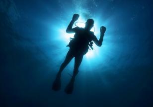 Водолази почистват морското дъно около остров Света Анастасия