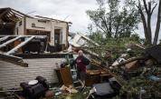 Ранени хора и разрушени къщи от торнадо в предградия на Чикаго