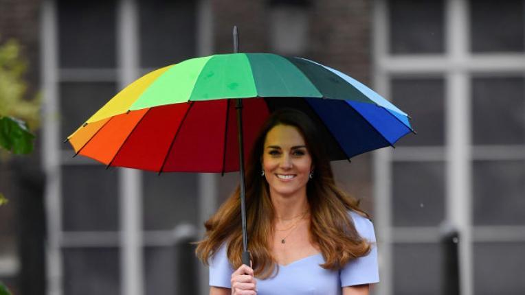 Елегантна и с шарен чадър под ръка: Кейт Мидълтън основа център за малки деца