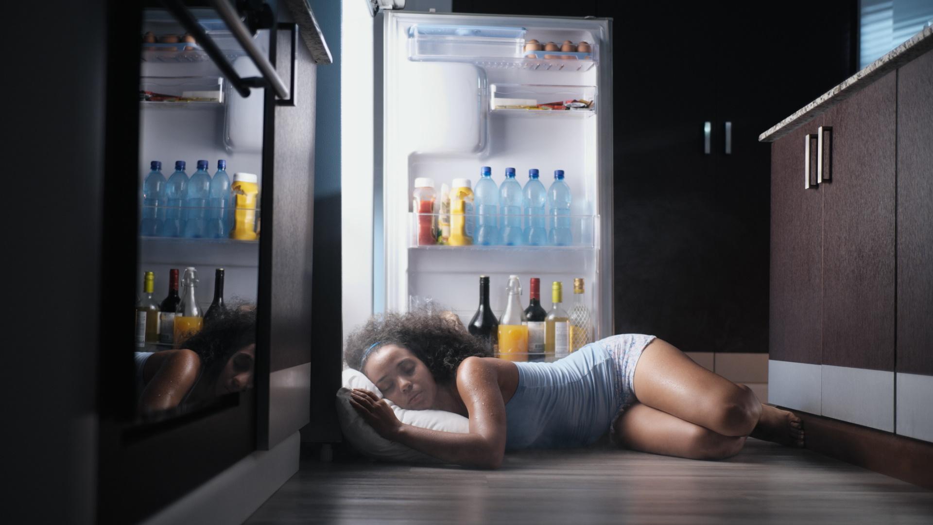 <p><strong>Преживейте го</strong></p>  <p>Повечето от нас имат нужда от 7-8 часа сън на нощ, за да функционираме правилно. Но също така повечето от нас се справят и когато за нощ или две не спим толкова качествено или дълго. Да, ще се прозяваме повече, но ще сме добре. Лято е, преживейте го.</p>