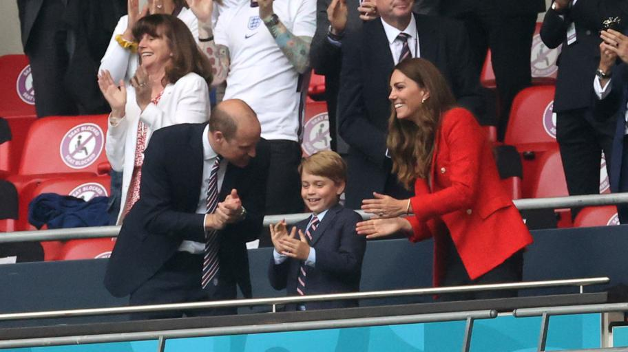 Принц Джордж и принц Уилям с еднакви, цветни вратовръзки на мач