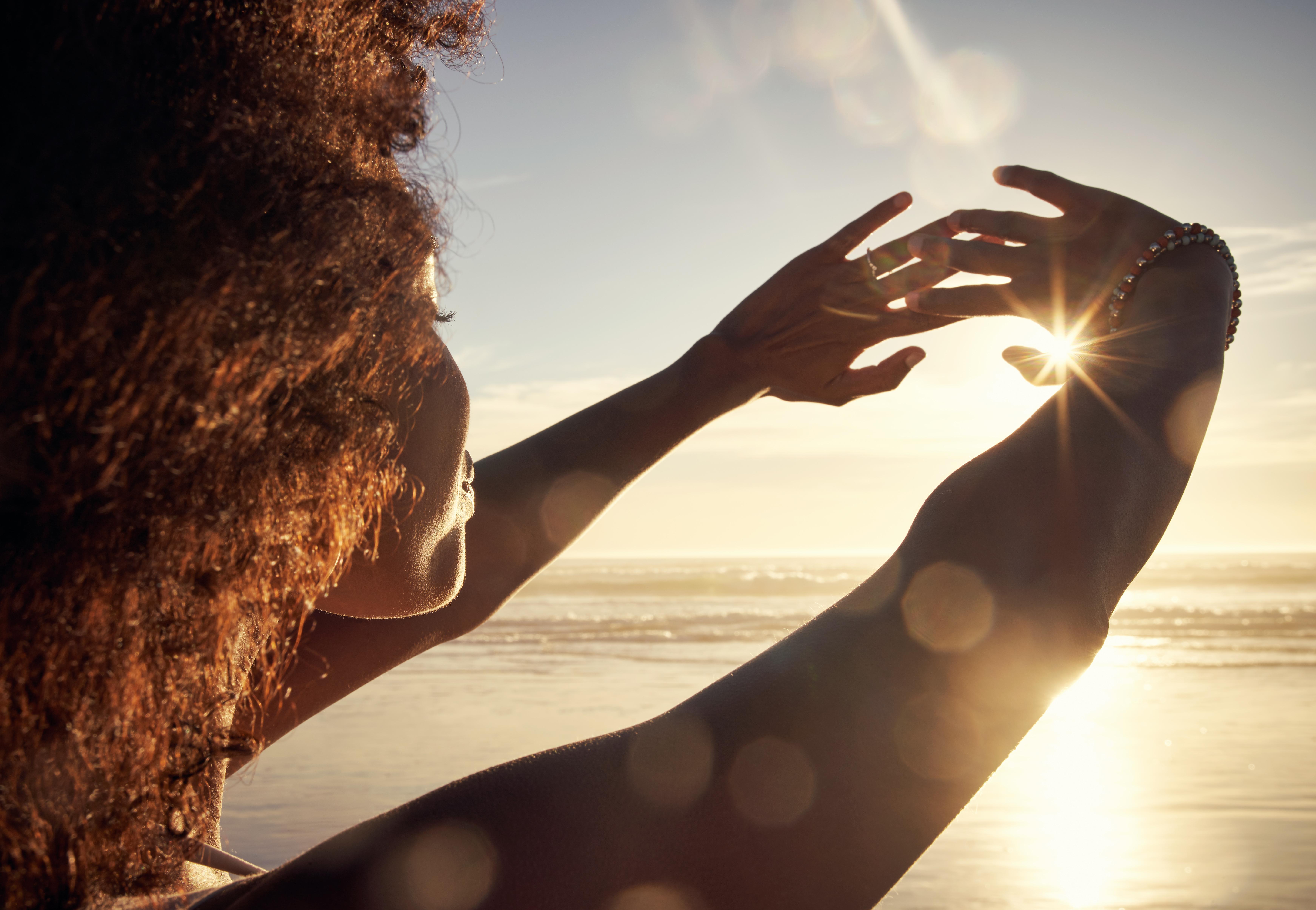 <p>По-добър сън Изследванията показват, че един час естествена светлина помага да спим по-добре. Слънчевата светлина регулира циркадния ни ритъм, като подсказва на тялото кога да увеличава и намалява нивата на мелатонин. Така че, колкото повече дневна светлина попивате, толкова по-добре организмът ви ще произвежда мелатонин.</p>