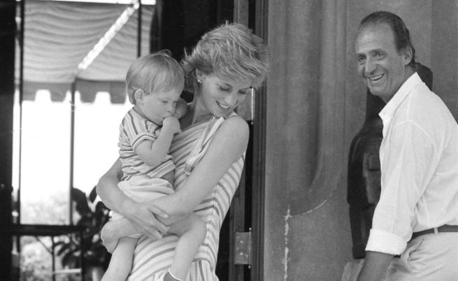 Невиждани снимки на принцеса Даяна и кралското семейство