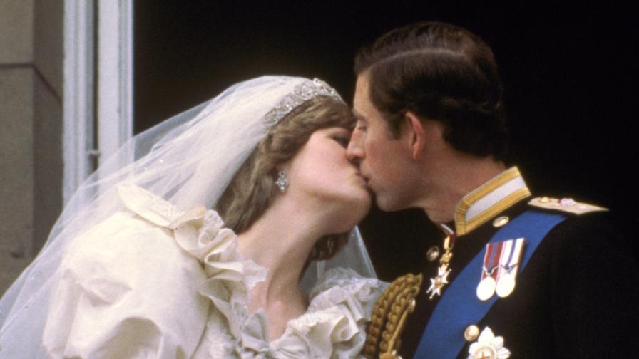 29 юли 1981 г. - Чарлз целува Даяна на сватбата им