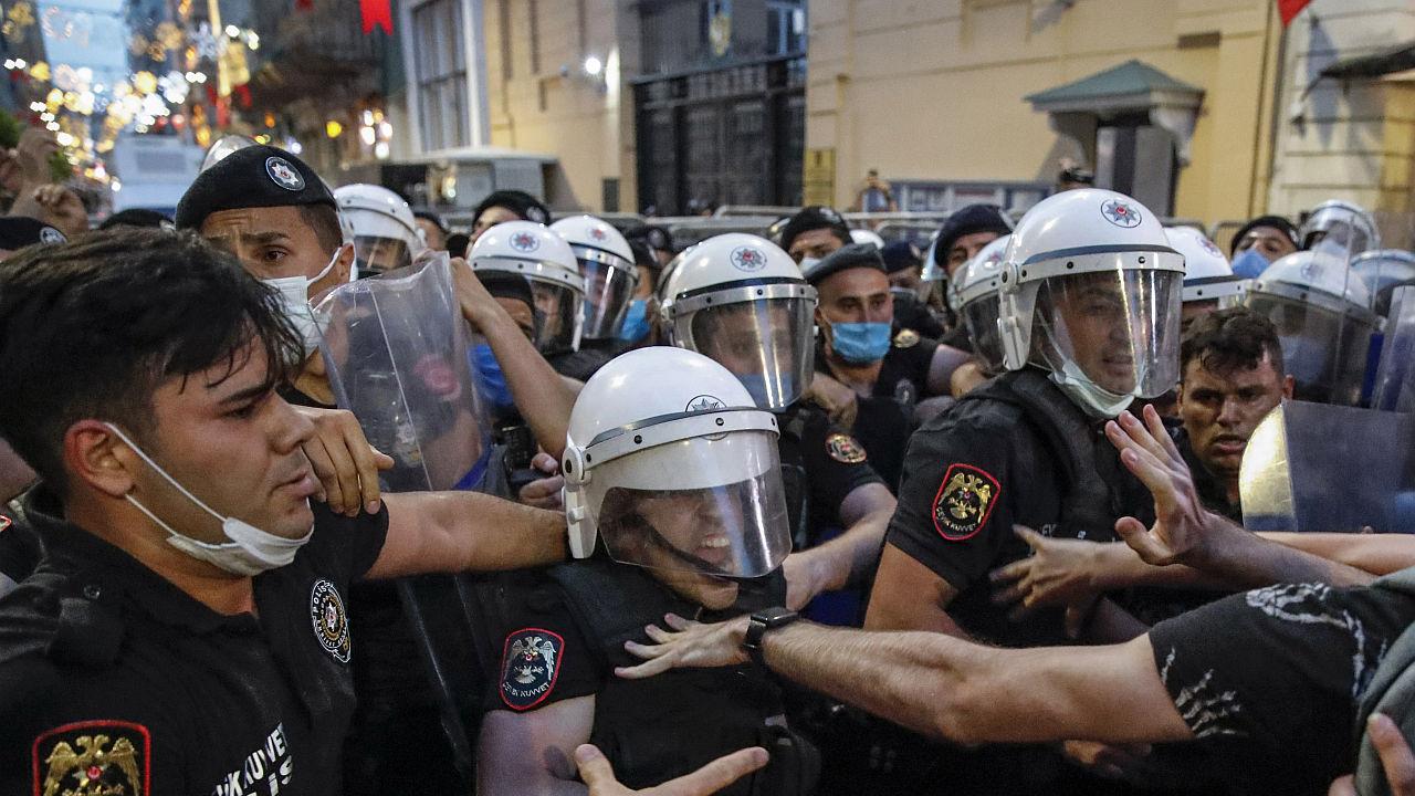 <p>Хиляди на протест срещу оттеглянето на Турция от Истанбулската конвенция</p>
