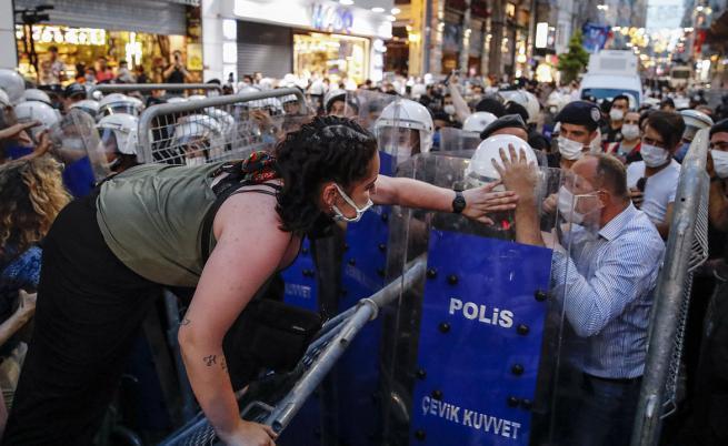 10 години назад в правата на жените: Протести в Турция заради оттеглянето от Истанбулската конвенция