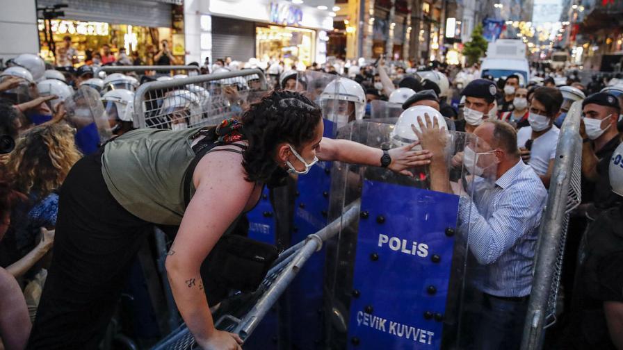 Хиляди на протест срещу оттеглянето на Турция от Истанбулската конвенция