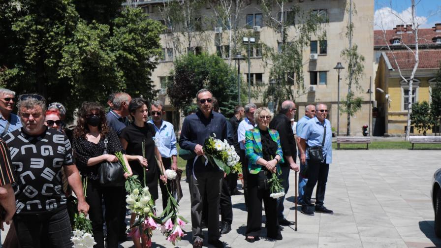 Близки и приятели се простиха с Евгений Бакърджиев