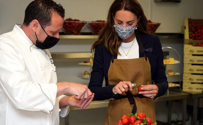 """Херцогиня Кейт запретна ръкави в кухнята на """"Уимбълдън"""""""